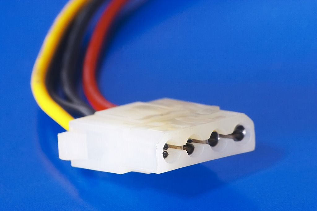 1024px-Molex_female_connector.jpg
