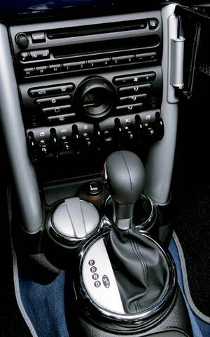 112_0508_03z+2005_Mini_Cooper_S+Automatic_Interior_View_Shifter.jpg