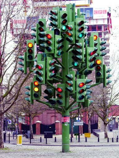 20-strange-sculptures-pI-traffic-light-tree.jpg