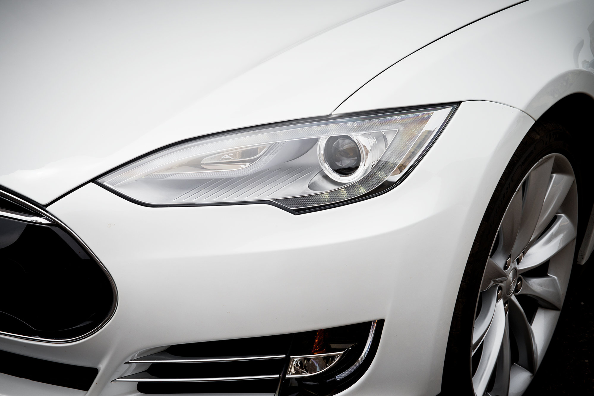 2013-Tesla-Model-S-headlight-view.jpg