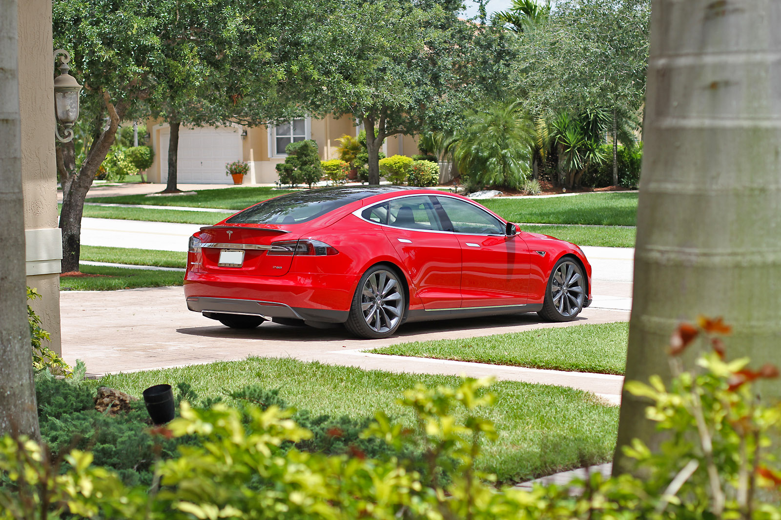 2013-tesla-model-s-p85-multi-coat-red-002.jpg
