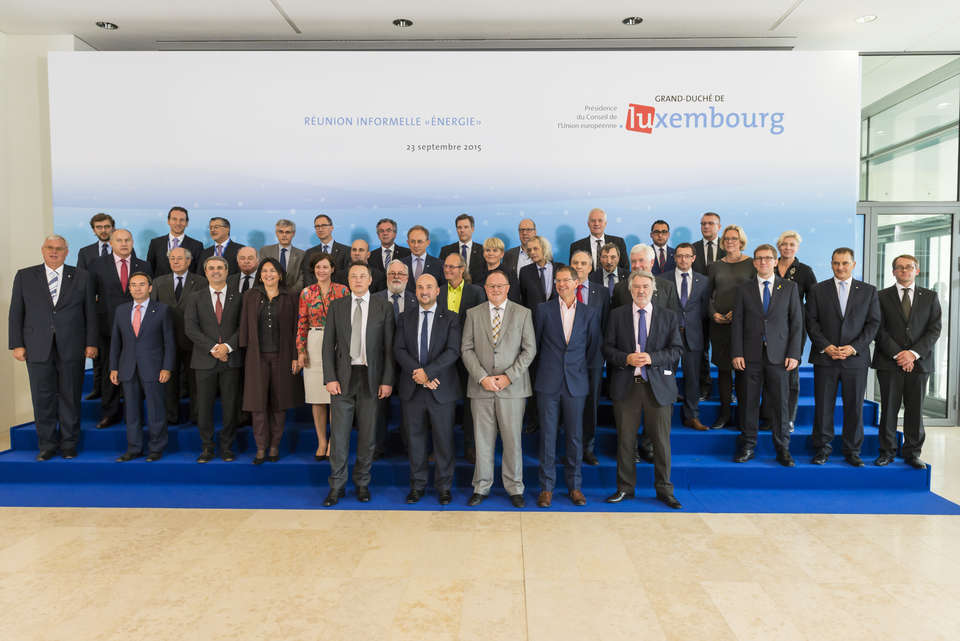2015-09-23-Musk-LuxembourgEUEnergyMinisters-FamilyPhoto2.jpg