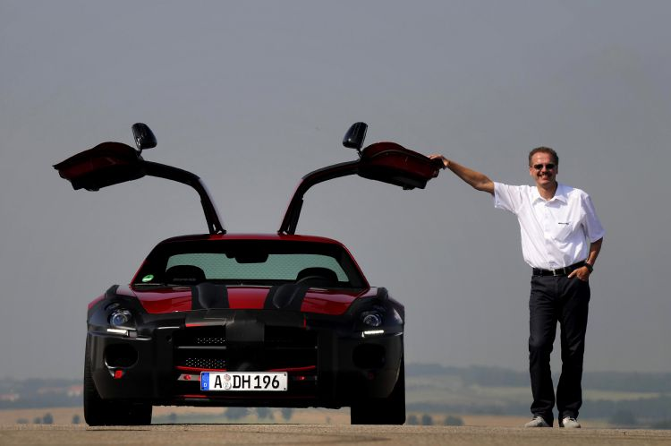 amg-boss-volker-mornhinweg-with-prototype-sls-in-camo-.jpg