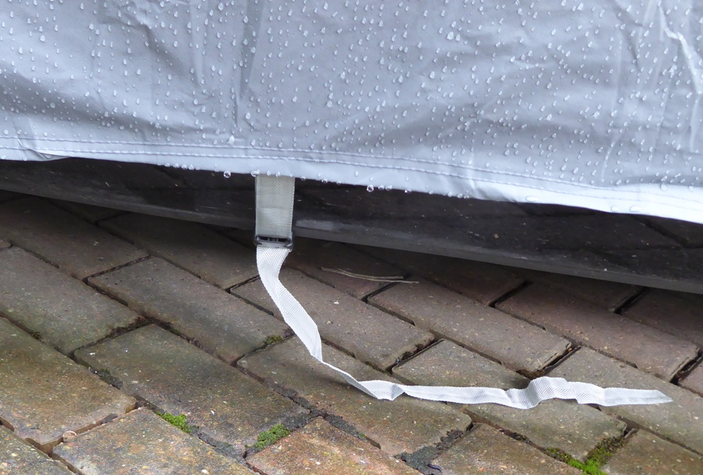 Bouge RV cover centre tie.JPG