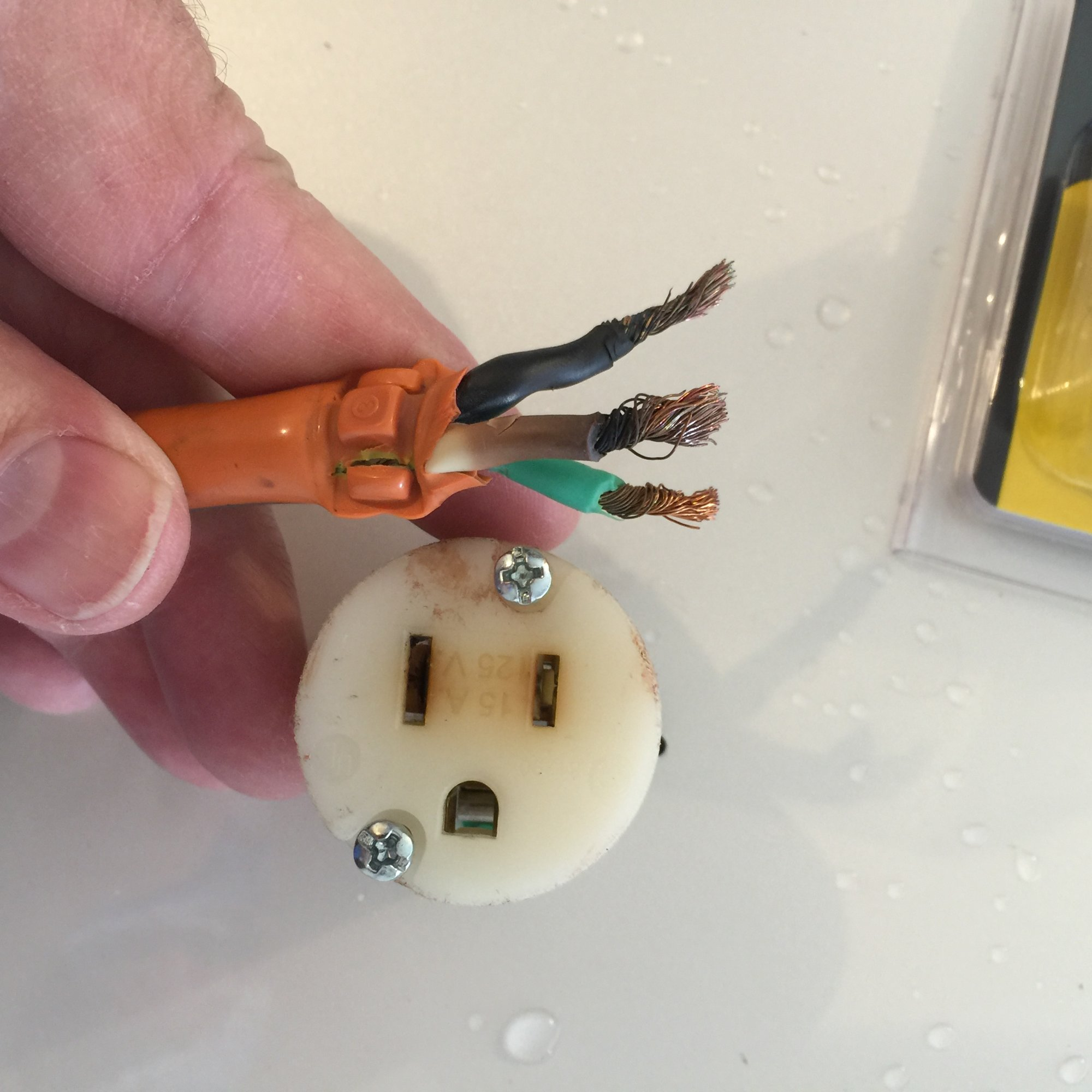 extension_cord_plug_burned.JPG