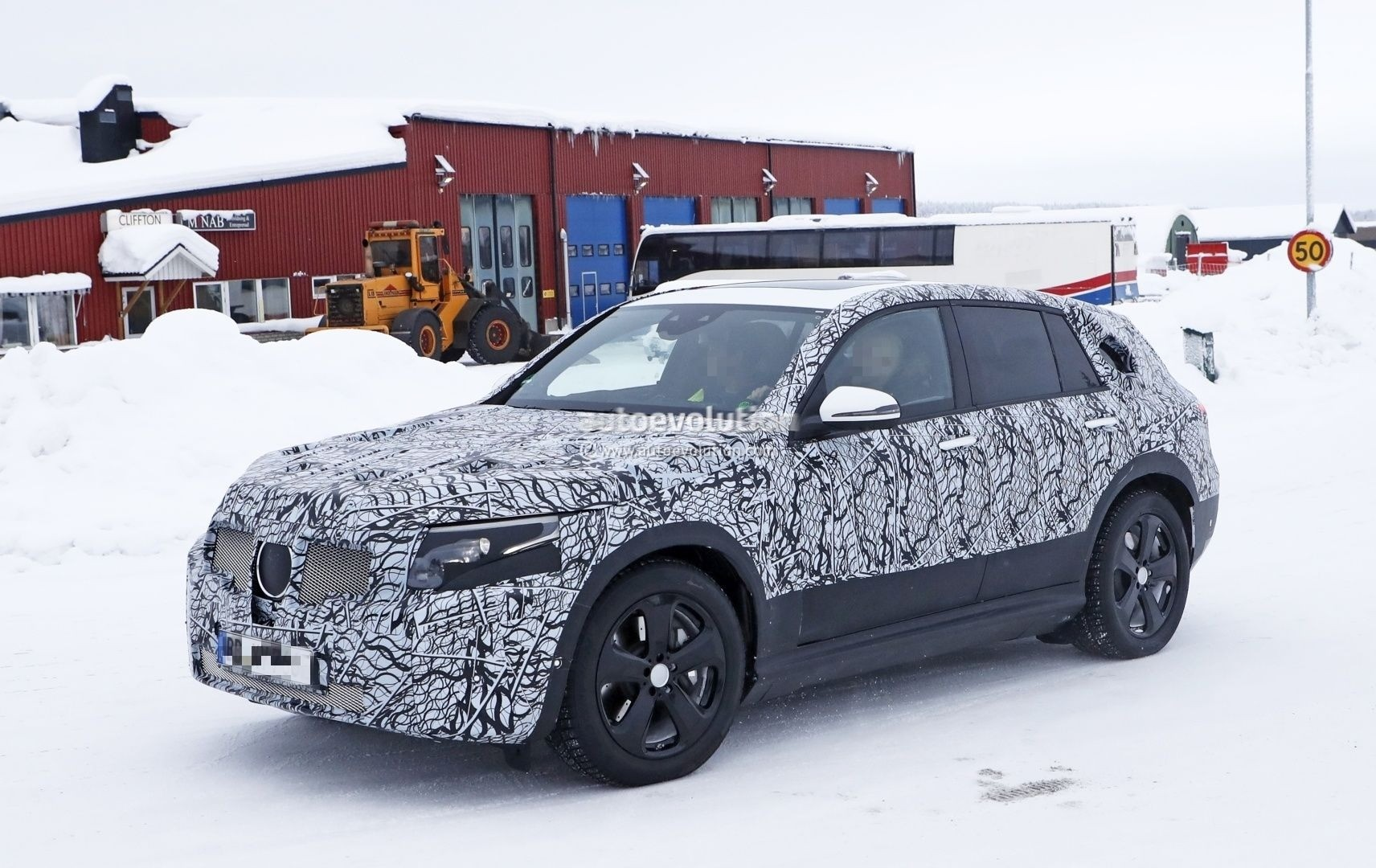 spyshots-2020-mercedes-benz-eqc-plays-the-compact-electric-suv-card_4.jpg