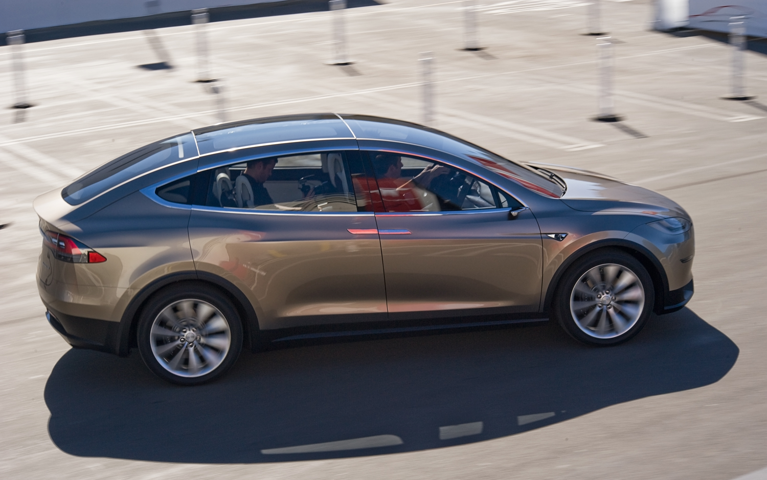 Tesla-Model-X-Side-View-in-motion.jpg