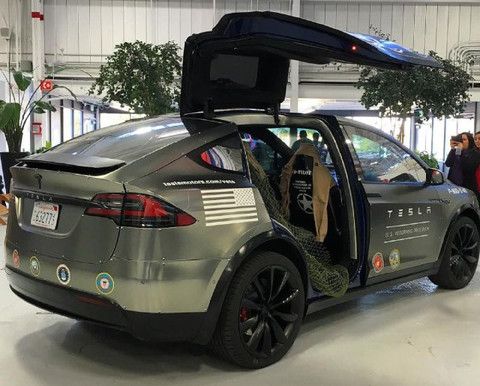 Tesla-Model-X-vet-salute_large.jpg