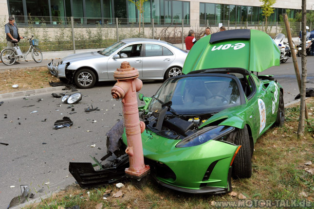 tesla-roadster-crash-3653662600250229876.jpg